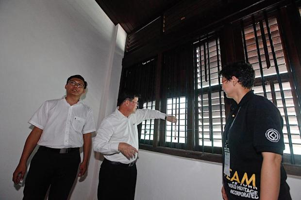 State Executive Councillor Chow Kon Yeow (middle) along with Georgetown World Heritage Incorporated General Manager Dr Ang Ming Chee (right) visit the pre-war shoplot restoration project at Lebuh Kimberley. — Picture by Sayuti Zainudin