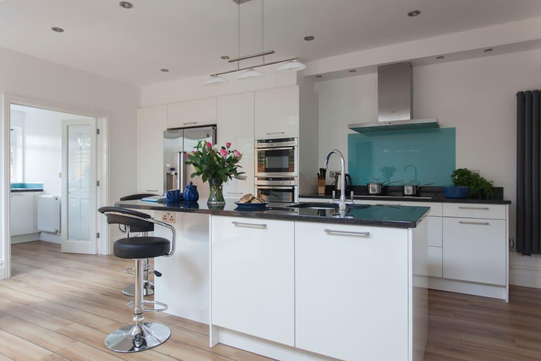 """<p>Think about how much you grab those cabinet and drawer handles in your<a rel=""""nofollow"""" href=""""http://www.homify.co.uk/rooms/kitchen"""">kitchen</a> and you'll realise that they need a daily wipe! Unless you like greasy handles?</p>  Credits: homify / DHV Architects"""