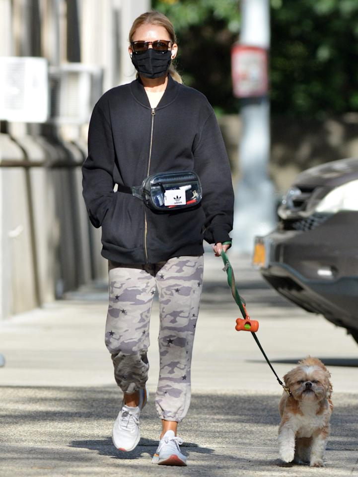 <p>Kelly Ripa takes her dog Chewy out for a walk in N.Y.C. on Sunday.</p>