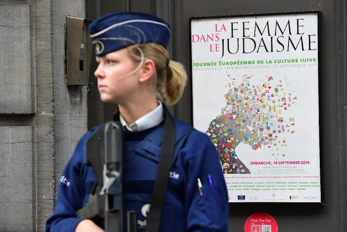 A policewoman stands guard at the entrance of the Jewish Museum of Belgium, in Brussels, on September 9, 2014 (AFP Photo/Emmanuel Dunand)