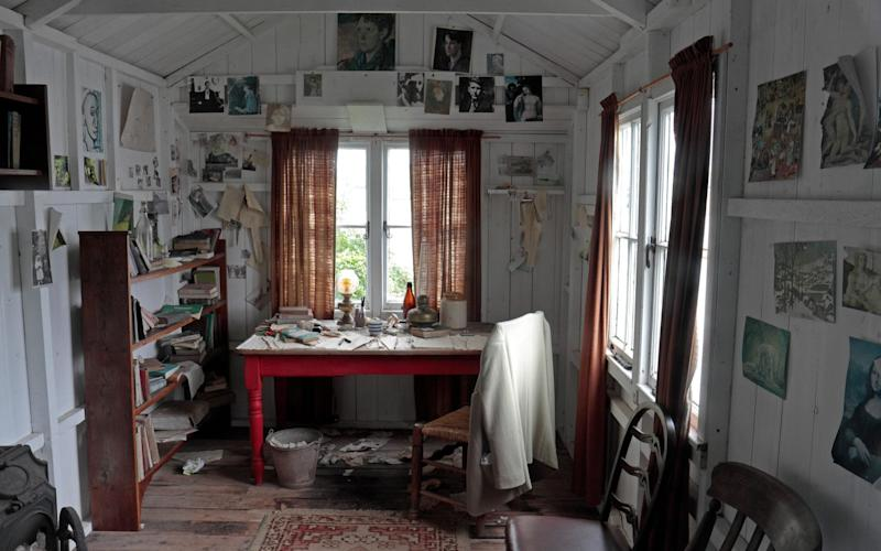 Inside Thomas's writing shed near the Boathouse, overlooking the River Tâf - alamy