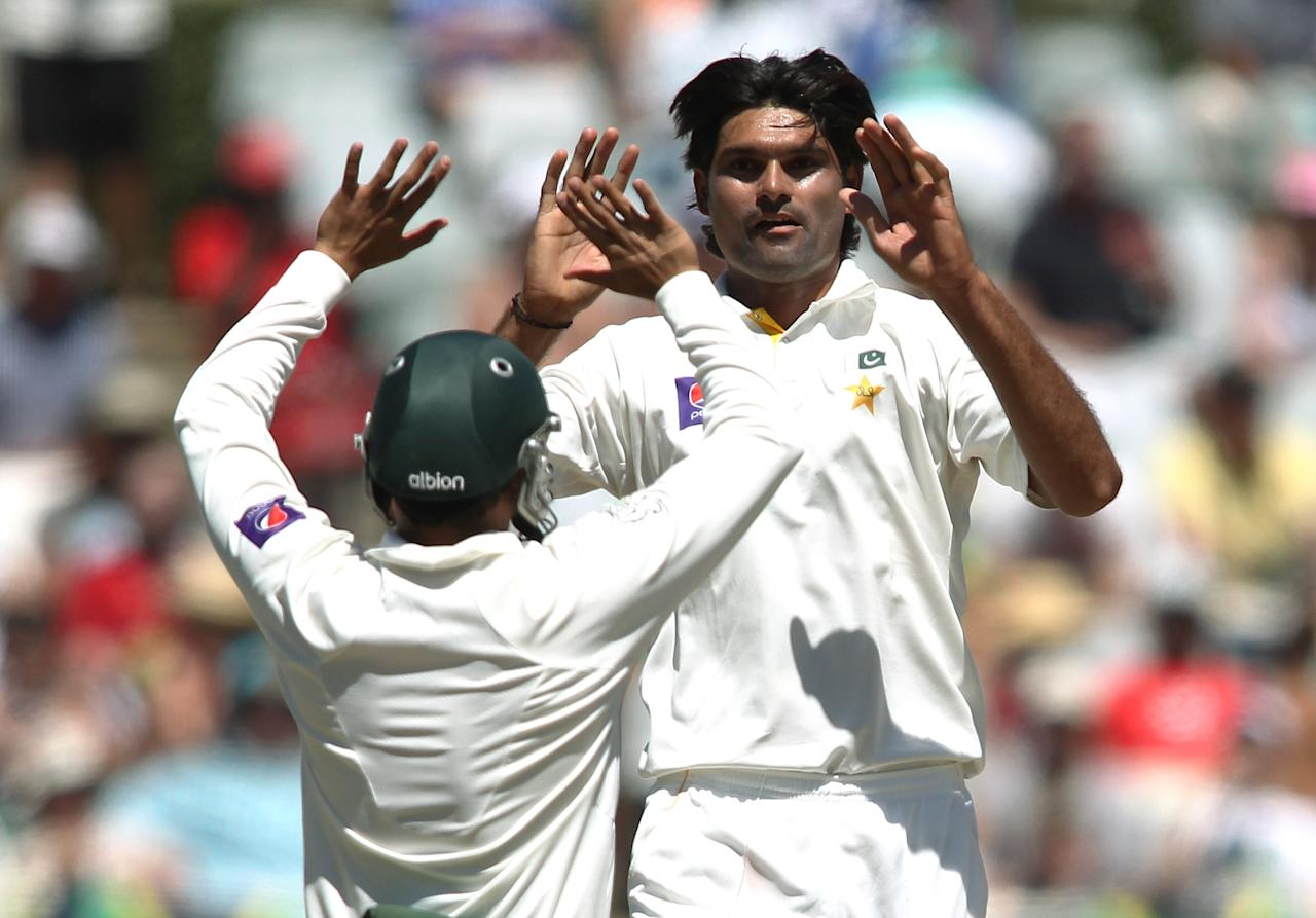 CAPE TOWN, SOUTH AFRICA - FEBRUARY 16:  Muhammad Irfan of Pakistan is congratulated after getting the wicket of AB de Villiers of South Africa during day 3 of the 2nd Sunfoil Test match between South Africa and Pakistan at Sahara Park Newlands on February 16, 2013 in Cape Town, South Africa. (Photo by Shaun Roy/Gallo Images/Getty Images)