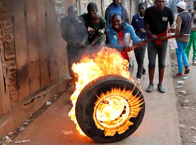 <p>Supporters of opposition leader Raila Odinga set up flaming tyre barricade in Kibera slum in Nairobi, Kenya, Aug. 9, 2017. (Photo: Goran Tomasevic/Reuters) </p>