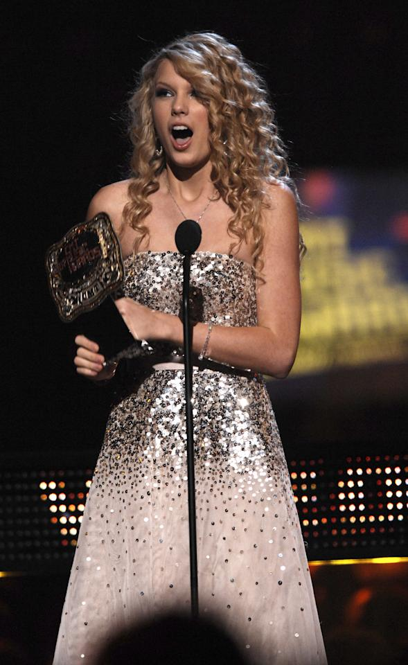 "<p class=""p1""><span class=""s1"">2007: Sparkle dress and big hair at the CMT Awards.</span></p>"