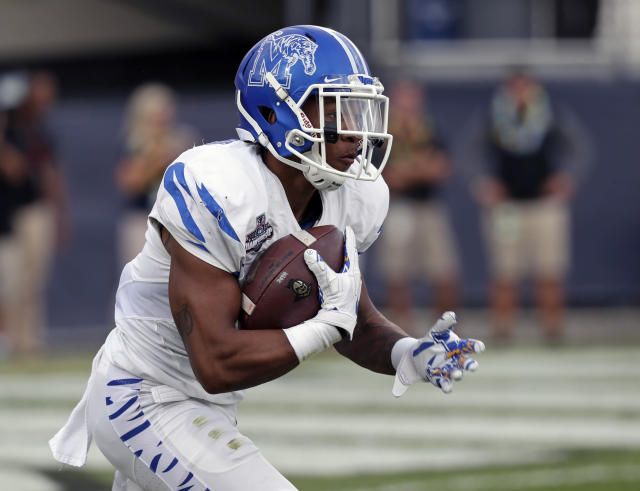 "Memphis' <a class=""link rapid-noclick-resp"" href=""/ncaaf/players/255453/"" data-ylk=""slk:Tony Pollard"">Tony Pollard</a> now has seven kickoff return touchdowns. (AP Photo/John Raoux)"