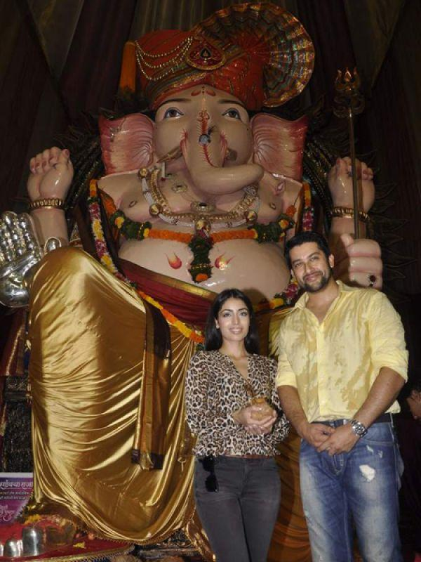 <p><strong>Aftab Shivdasani</strong> poses with his girlfriend Nin Dusanj at Lalbaugcha Raja.</p>