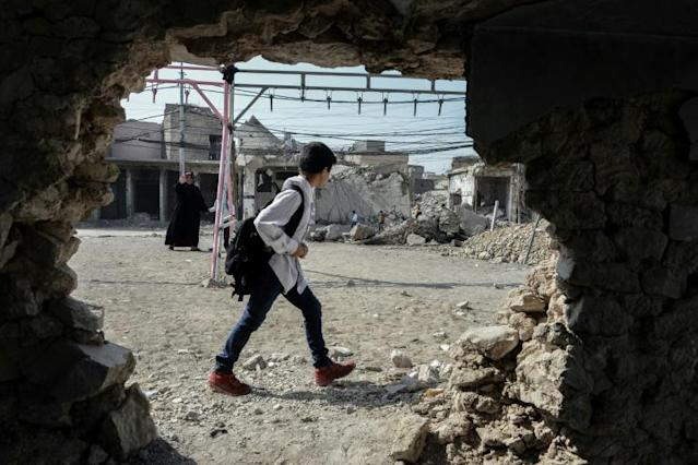 An Iraqi child walks with his school bag on the shoulder on the first day of school in Mosul, Iraq (AFP Photo/Zaid AL-OBEIDI)