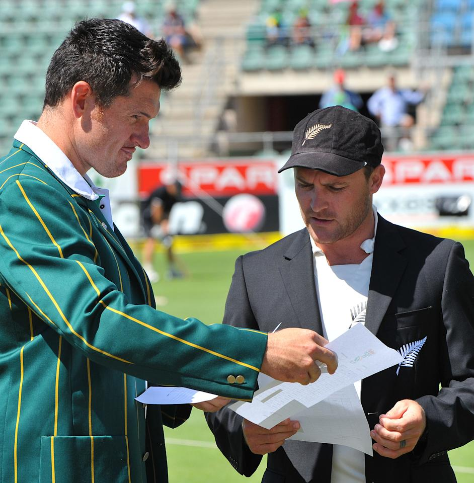 PORT ELIZABETH, SOUTH AFRICA - JANUARY 11:  Graeme Smith of South Africa and Brendon McCullum of New Zealand exchanges team sheets at the toss during day one of the second test match between South Africa and New Zealand at Axxess St Georges on January 11, 2013 in Port Elizabeth, South Africa. (Photo by Duif du Toit/Gallo Images/Getty Images)