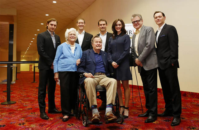 George H.W. Bush and wife Barbara pose with Lind and the cast of AMC's <em>Turn</em> in 2014 in Houston. (Photo: Aaron M. Sprecher /Invision for AMC)