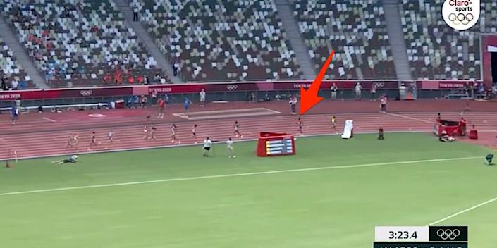Screenshot shows the women's 1,500-meter race, with an arrow on Sifan Hassan