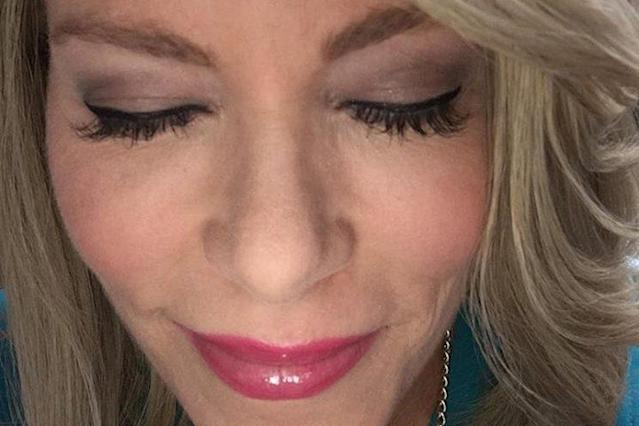 "News anchor Kelly Frey, who suffers from chemo-related hair loss, got lash extensions — and a confidence boost. (Photo:  <a class=""link rapid-noclick-resp"" href=""https://www.facebook.com/KellyFreyWTAE/"" rel=""nofollow noopener"" target=""_blank"" data-ylk=""slk:Kelly Frey WTAE"">Kelly Frey WTAE</a>/Facebook)"