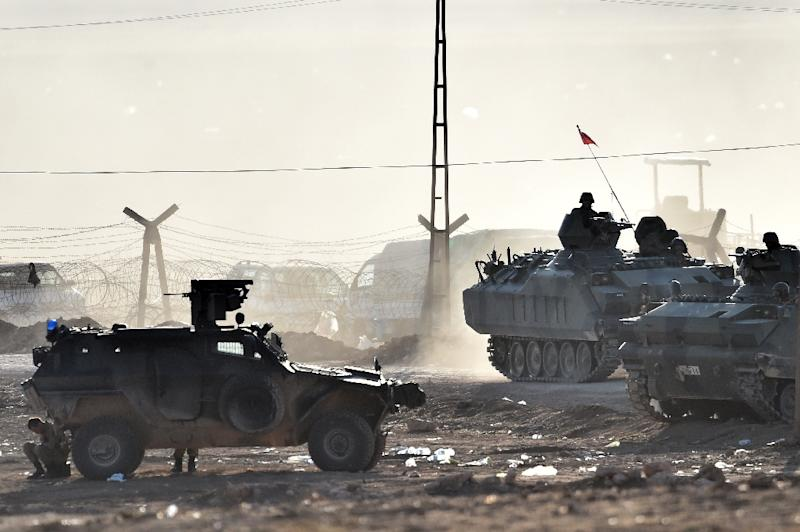 Armoured vehicles of the Turkish army patrol along the Turkish-Syrian border, in Suruc on October 8, 2014 (AFP Photo/Aris Messinis)