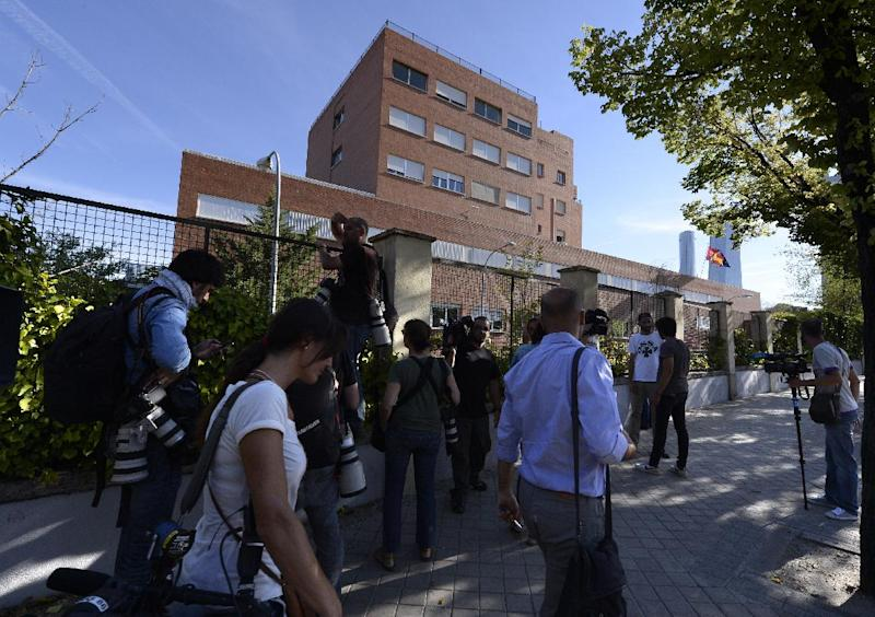 Journalists stand outside the Carlos III hospital in Madrid after the arrival of Roman Catholic priest Miguel Pajares, who contracted the deadly Ebola virus in Liberia, on August 7, 2014 (AFP Photo/Gerard Julien)