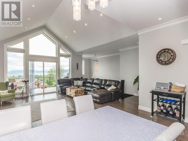 "<p><a href=""https://www.zoocasa.com/nanaimo-bc-real-estate/5473184-4535-laguna-way-nanaimo-bc-v9a0a8-443717"" rel=""nofollow noopener"" target=""_blank"" data-ylk=""slk:4535 Laguna Way, Nanaimo, B.C."" class=""link rapid-noclick-resp"">4535 Laguna Way, Nanaimo, B.C.</a><br>From the main level, you can walk out to the ocean-facing sun deck.<br>(Photo: Zoocasa) </p>"