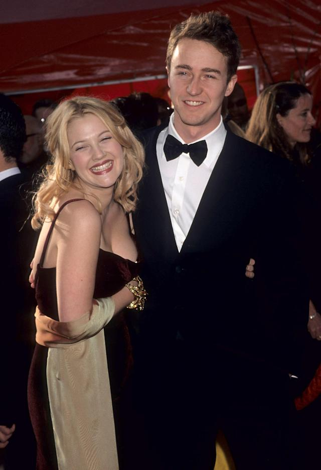 Barrymore and Edward Norton were a thing at the 1999 Oscars. (Photo: Kevin Mazur Archive/WireImage)