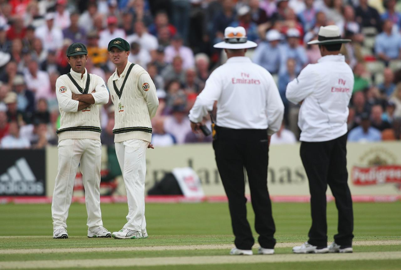 BIRMINGHAM, UNITED KINGDOM - JULY 31:  Australian captain Ricky Ponting (L) and Nathan Hauritz talk with umpires Rudi Koertzen and Aleem Dar shortly before bad light stopped play during day two of the npower 3rd Ashes Test Match between England and Australia at Edgbaston on July 31, 2009 in Birmingham, England.  (Photo by Hamish Blair/Getty Images)