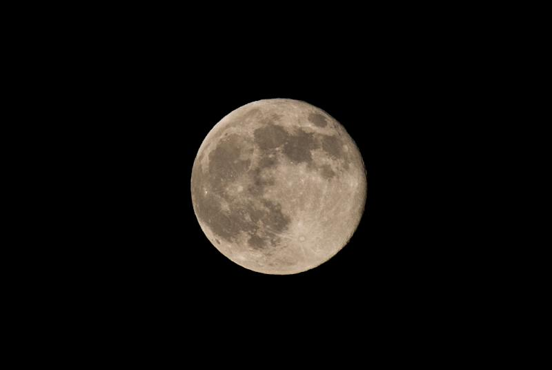 """The full moon rises above Washington on June 23, 2013. This """"super Moon"""" also known as the """"perigee"""" full moon appears about 14 percent larger and 30 percent brighter than a regular full moon, according to NASA scientists. AFP PHOTO/Nicholas KAMM (AFP Photo/Nicholas Kamm)"""