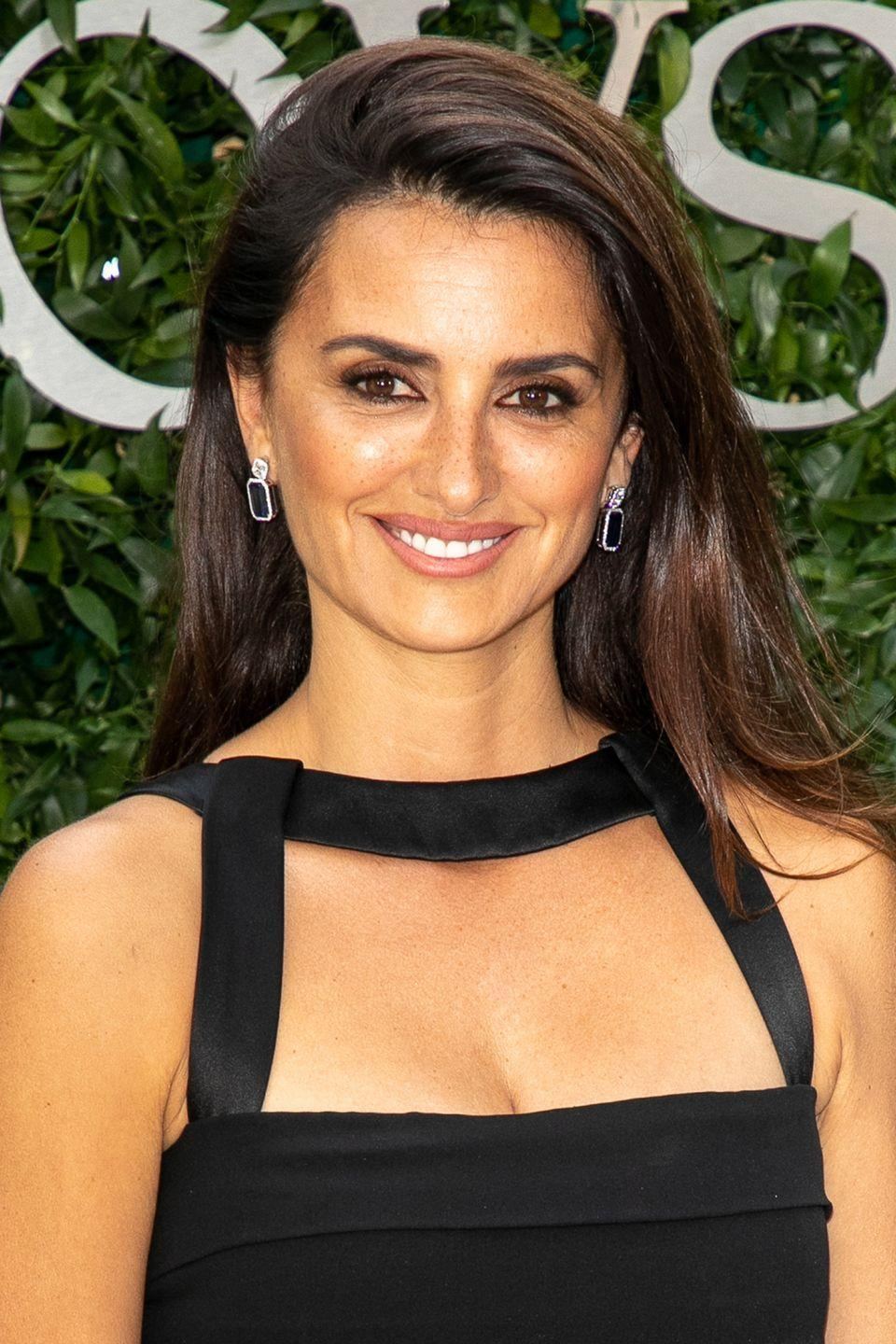 """<p>As Penelope Cruz demonstrates, by parting your hair far across to one side, you'll effortlessly add volume to your roots. Try Ghd's <a href=""""https://www.ghdhair.com/volumise/root-lift-spray?CMP=EMC-555&PLA=238&CRE=BRAND&TYPE=sponsoredsearch&gclid=Cj0KCQjw-JvaBRDGARIsAFjqkkr91x-YWSuPtrwGbgucM6kKN4XubPUU8cQRiQoKdZ9r9I-8VBPiou4aAj2fEALw_wcB&gclsrc=aw.ds"""" rel=""""nofollow noopener"""" target=""""_blank"""" data-ylk=""""slk:Root Lift Spray"""" class=""""link rapid-noclick-resp"""">Root Lift Spray</a> for height that looks especially natural.</p>"""