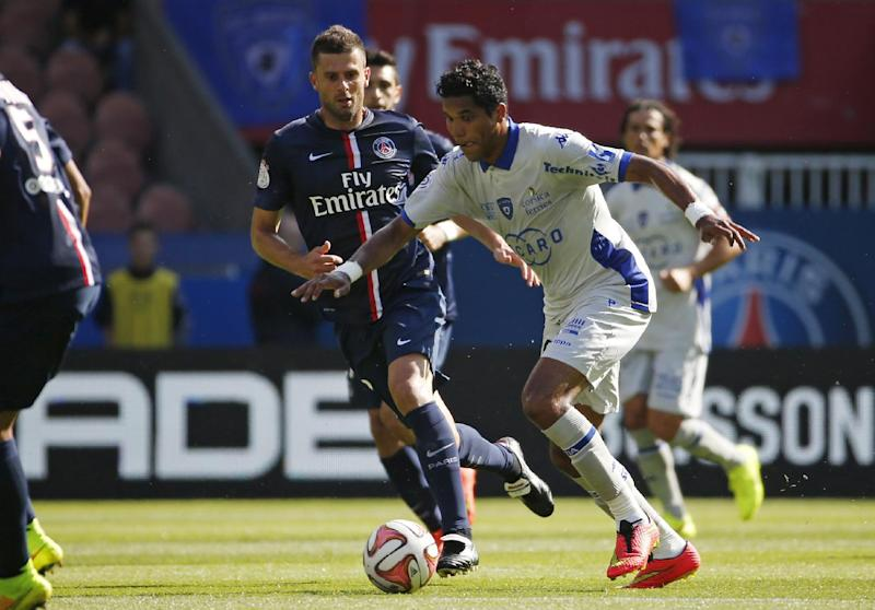Bastia's Brazillian forward Brandao (R) vies with Paris Saint-Germain's Italian midfielder Thiago Motta during a match on August 16, 2014 in Paris