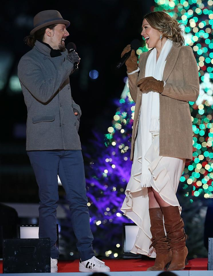 WASHINGTON, DC - DECEMBER 06: Jason Mraz (L) sings a duet with Colbie Caillat during the annual lighting of the National Christmas tree on December 6, 2012 in Washington, DC. This year is the 90th annual National Christmas Tree Lighting Ceremony.  (Photo by Mark Wilson/Getty Images)