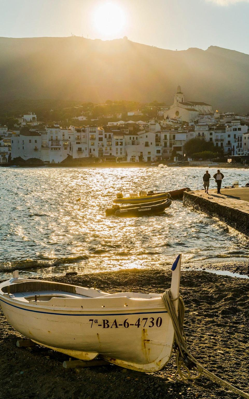 boat overlooking water at sunset - Moment RF /Gerard Puigmal