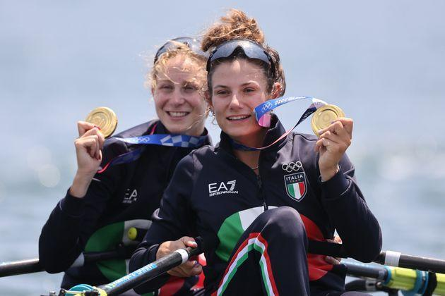 29 July 2021, Japan, Tokio: Rowing: Olympics, Lgw. double sculls, women, final in Sea Forest Waterway. Valentina Rodini and Federica Cesarini from Italy with gold medal at the award ceremony. Photo: Jan Woitas/dpa-Zentralbild/dpa (Photo by Jan Woitas/picture alliance via Getty Images) (Photo: picture alliance via Getty Images)