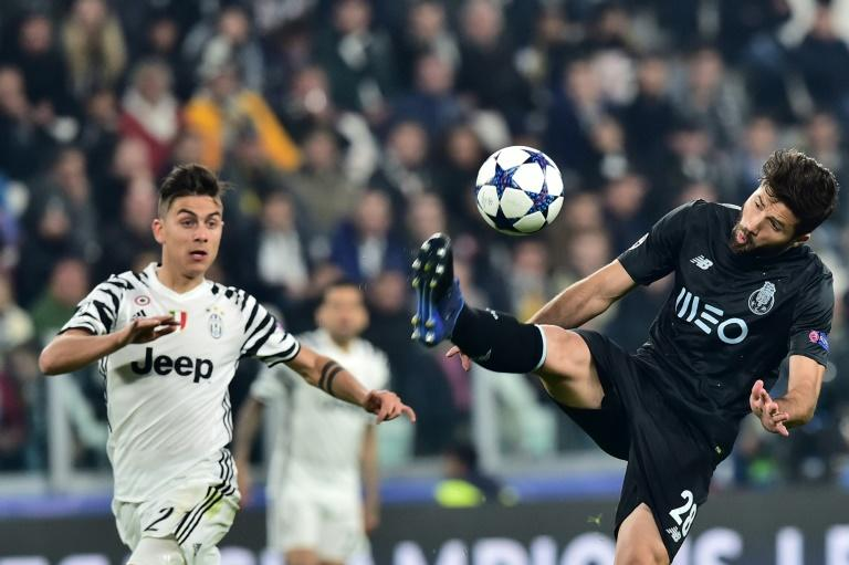 Porto's Felipe vies with Juventus' Paulo Dybala (L) during their UEFA Champions League football match on March 14, 2017 at the Juventus stadium in Turin