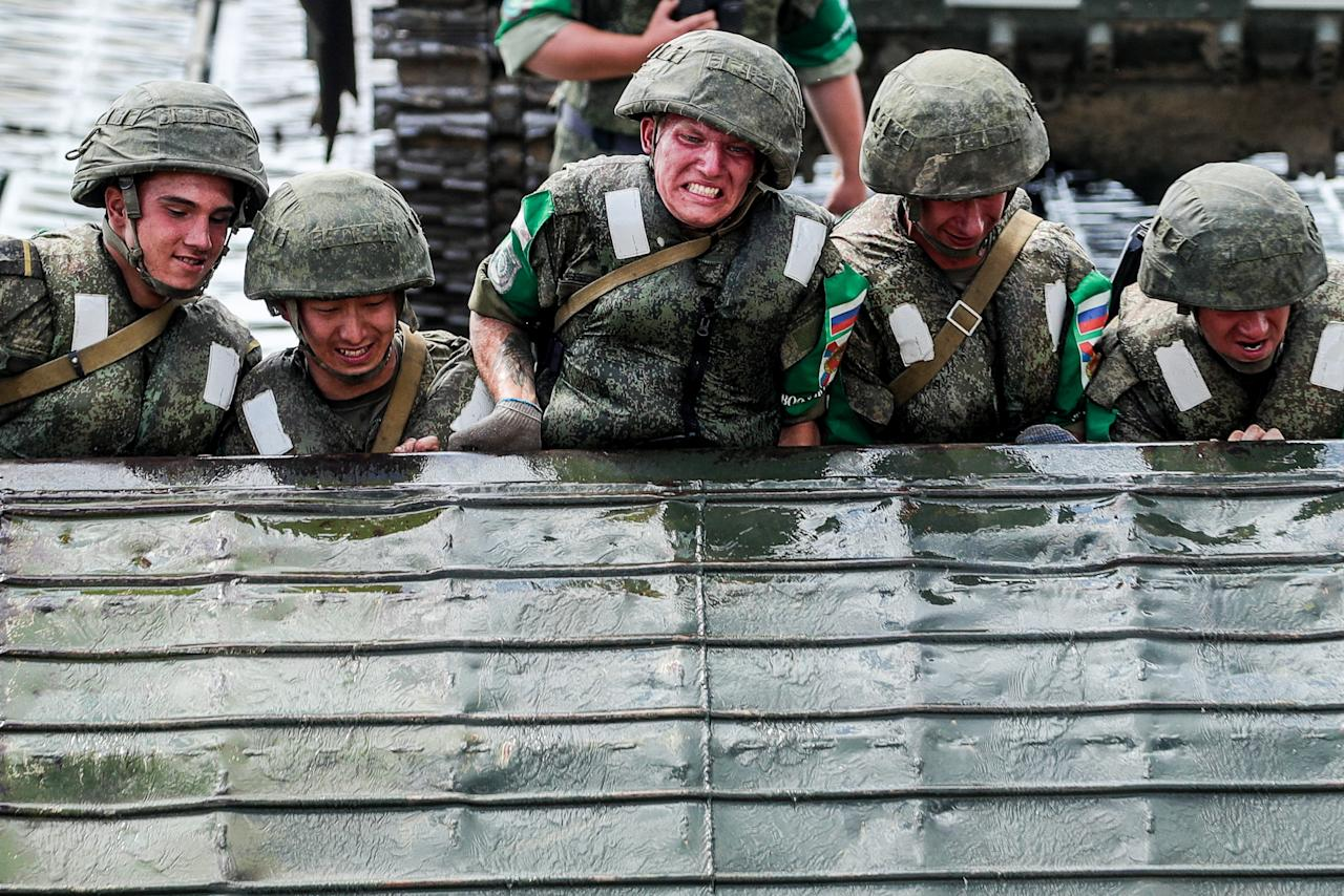 <p>Russian soldiers during the Open Water contest between pontoon bridge units at the 2018 International Army Games on the Oka River, Vladimir Region, Russia, Aug. 3, 2018. (Photo: Sergei Bobylev/TASS via Getty Images) </p>