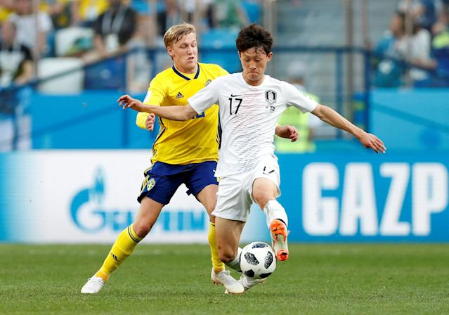 Soccer Football - World Cup - Group F - Sweden vs South Korea - Nizhny Novgorod Stadium, Nizhny Novgorod, Russia - June 18, 2018 South Korea's Lee Jae-sung in action with Sweden's Emil Forsberg REUTERS/Matthew Childs