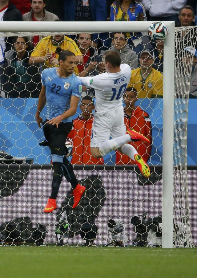 England's Wayne Rooney heads the ball into the crossbar during the 2014 World Cup Group D soccer match between Uruguay and England at the Corinthians arena in Sao Paulo June 19, 2014. REUTERS/Laszlo Balogh (BRAZIL - Tags: SOCCER SPORT WORLD CUP TPX IMAGES OF THE DAY)