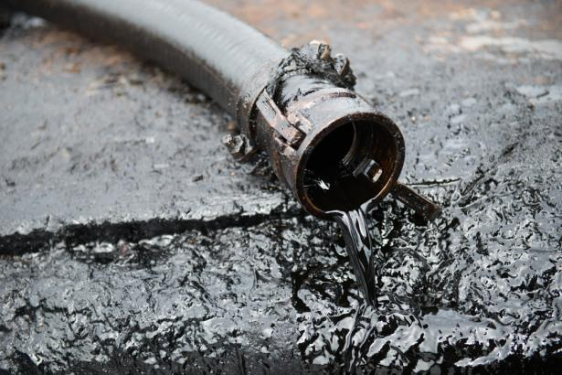Oil Traders Wary of High Downside Risks