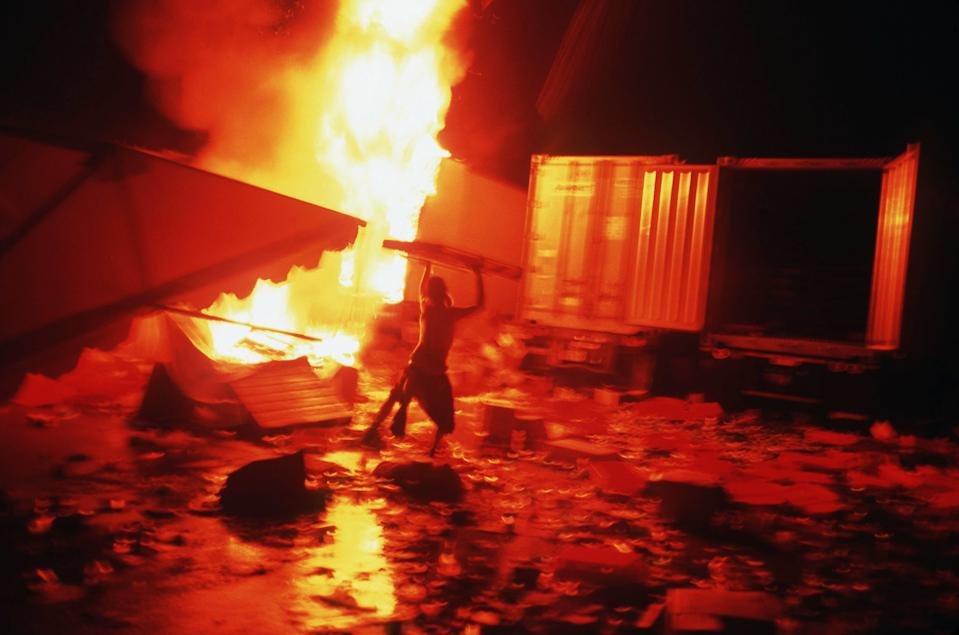 Fans fling anything they can find into the Woodstock '99 fires. (Photo: Andrew Lichtenstein/Sygma via Getty Images)