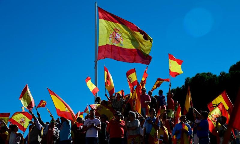 Some members of the Facebook group Españoles en Londres threatened to remove Catalan flags hung in London homes.