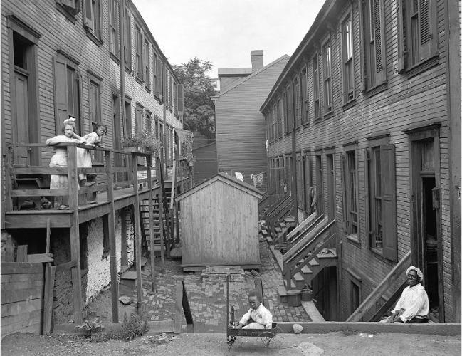 A view of the common area between two tenement buildings in the Hill District in 1914. (Photo: Pittsburgh City Photographer Collection)
