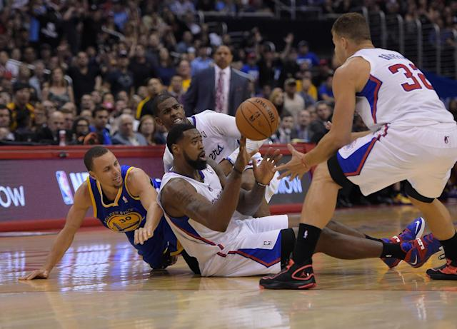 Golden State Warriors guard Stephen Curry, left, scrambles for a ball along with Los Angeles Clippers guard Chris Paul, second from left, center DeAndre Jordan, second from right, and forward Blake Griffin during the second half in Game 5 of an opening-round NBA basketball playoff series, Tuesday, April 29, 2014, in Los Angeles. The Clippers won 113-103. (AP Photo)