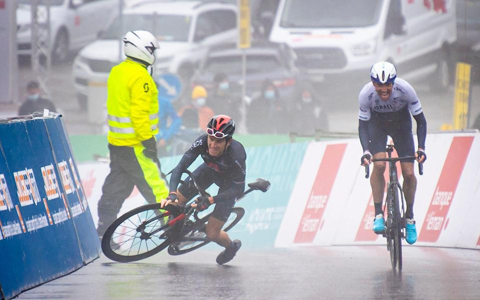 Geraint Thomas from Great Britain of team Ineos Grenadiers, left, falls, next to the winner of the stage Michael Woods - Keystone