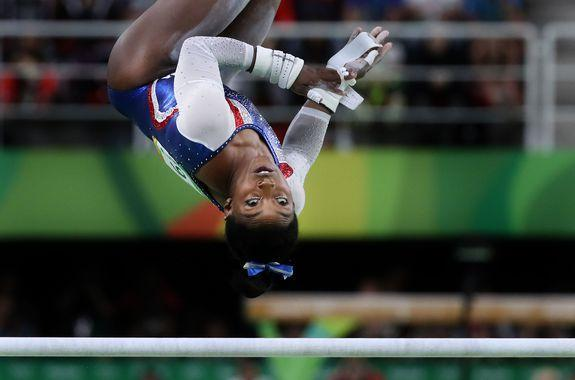 epa05474888 Simone Biles of the USA competes on the Uneven Bars in the women's Individual All-Around final of the Rio 2016 Olympic Games Artistic Gymnastics events at the Rio Olympic Arena in Barra da Tijuca, Rio de Janeiro, Brazil, 11 August 2016.  EPA/HOW HWEE YOUNG