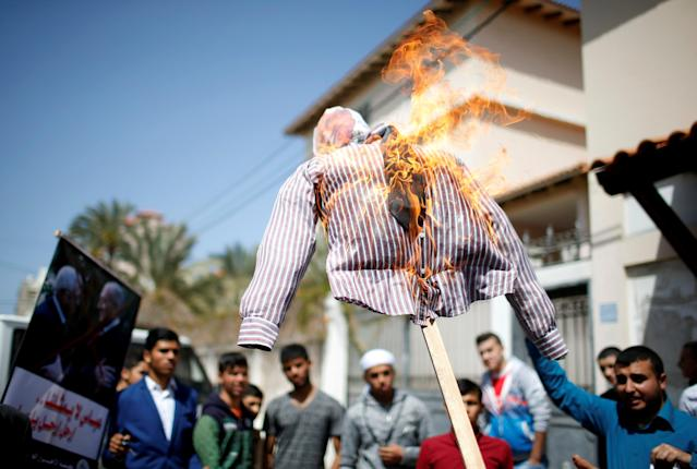 Palestinian demonstrators burn an effigy depicting Palestinian President Mahmoud Abbas during anti Abbas protest organized by Al-Ahrar movement, in Gaza City March 21, 2018. REUTERS/Mohammed Salem TPX IMAGES OF THE DAY