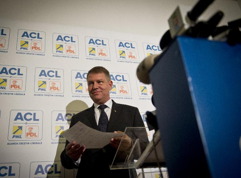 Opposition presidential candidate Klaus Iohannis address the media during a press conference after exit polls on November 2, 2014 in Bucharest (AFP Photo/Daniel Mihailescu)