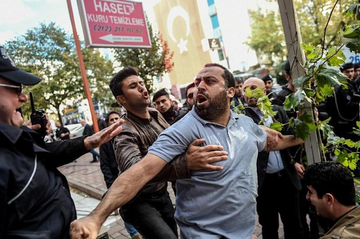 Turkish riot police clash with protesters near the headquarters of Bugun newspaper and Kanalturk television station in Istanbul on October 28, 2015 (AFP Photo/Ozan Kose)
