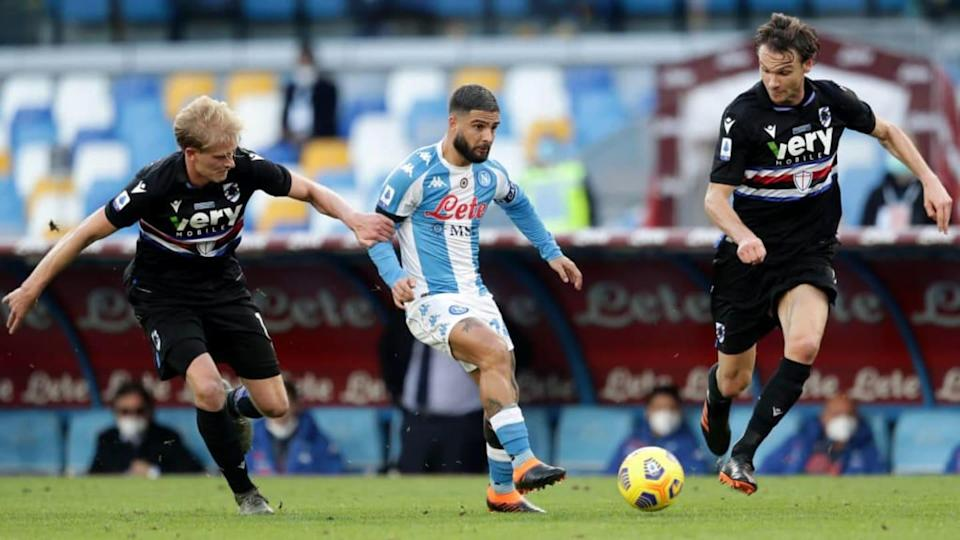 Lorenzo Insigne contrastato da due giocatori della Sampdoria | MB Media/Getty Images
