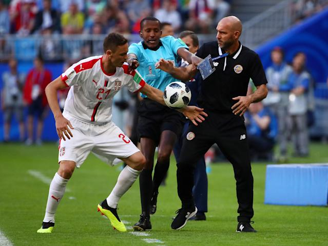 Soccer Football - World Cup - Group E - Costa Rica vs Serbia - Samara Arena, Samara, Russia - June 17, 2018 The assistant referee breaks up Serbia's Nemanja Matic and Costa Rica assistant manager Luis Marin after they clash during the match REUTERS/Michael Dalder TPX IMAGES OF THE DAY