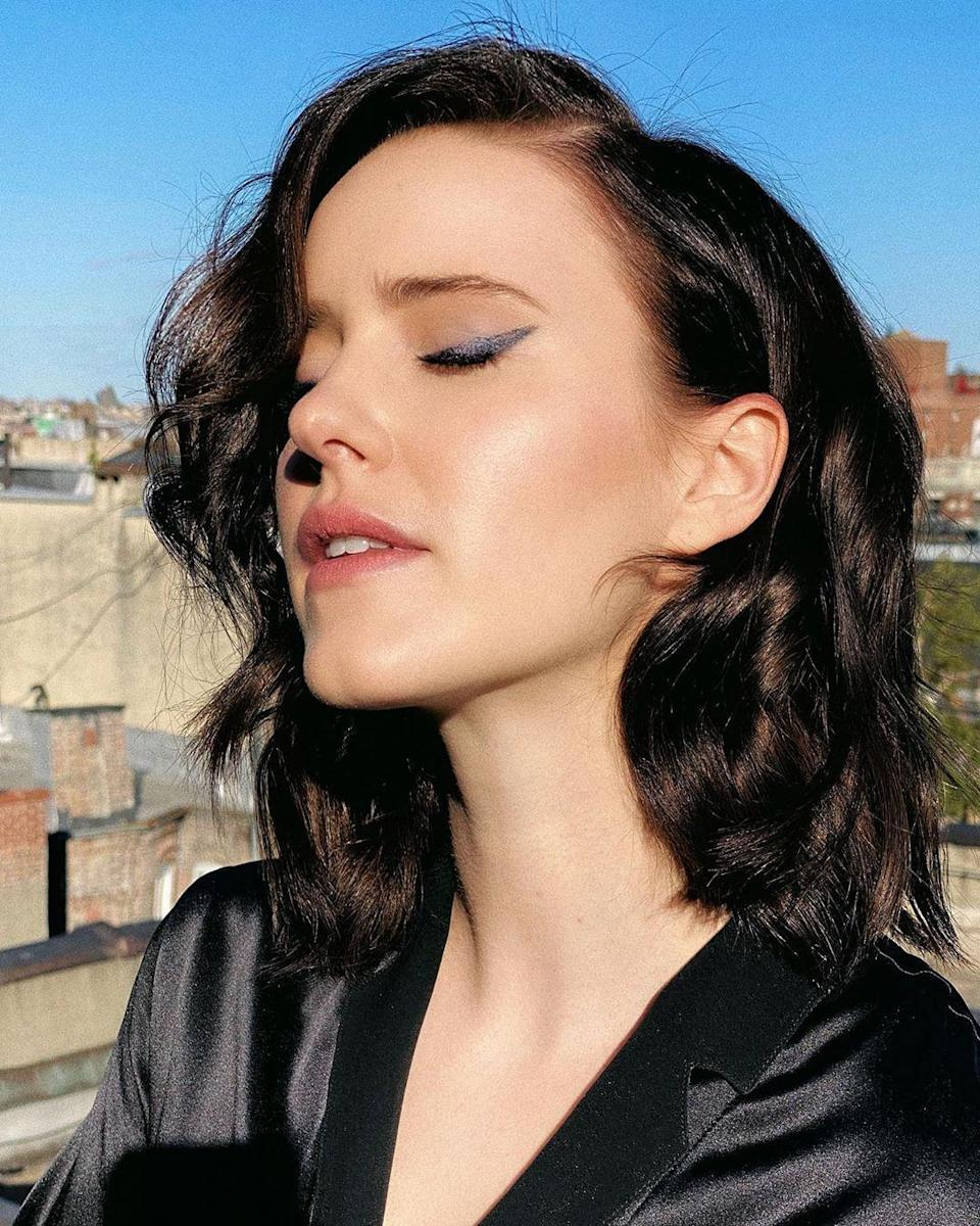 Rachel Brosnahan made a surprise hair debut with a deeper chocolate shade and effortless waves to match. Just as eye-catching is this cool navy liner in a super-graphic wing.