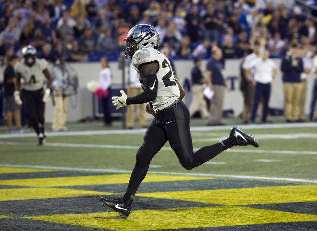 "Central Florida wide receiver <a class=""link rapid-noclick-resp"" href=""/college-football/players/275583/"" data-ylk=""slk:Otis Anderson"">Otis Anderson</a> (26) scores a touchdown during the first half of an NCAA college football game against Navy in Annapolis, Md., Saturday, Oct. 21, 2017. (AP Photo/Jose Luis Magana)"