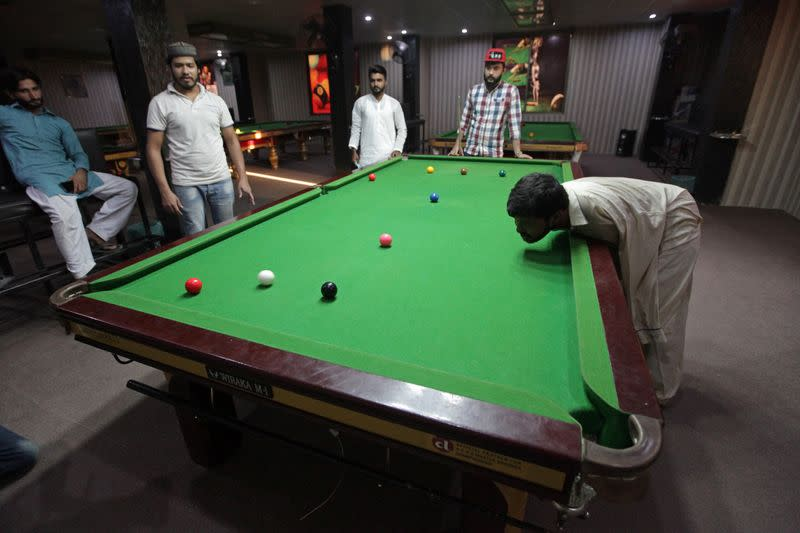 Pakistani born without arms excels in snooker in Samundri,