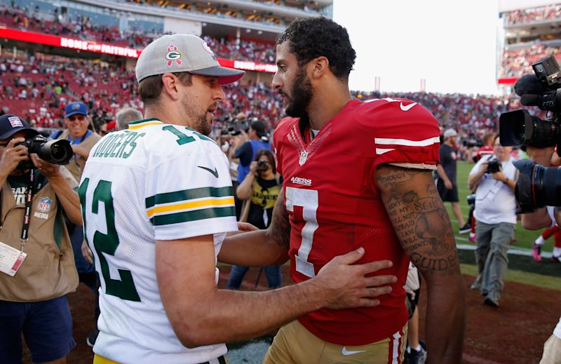 Rodgers and Kaepernick talk after a 2015 game. (Ezra Shaw via Getty Images)