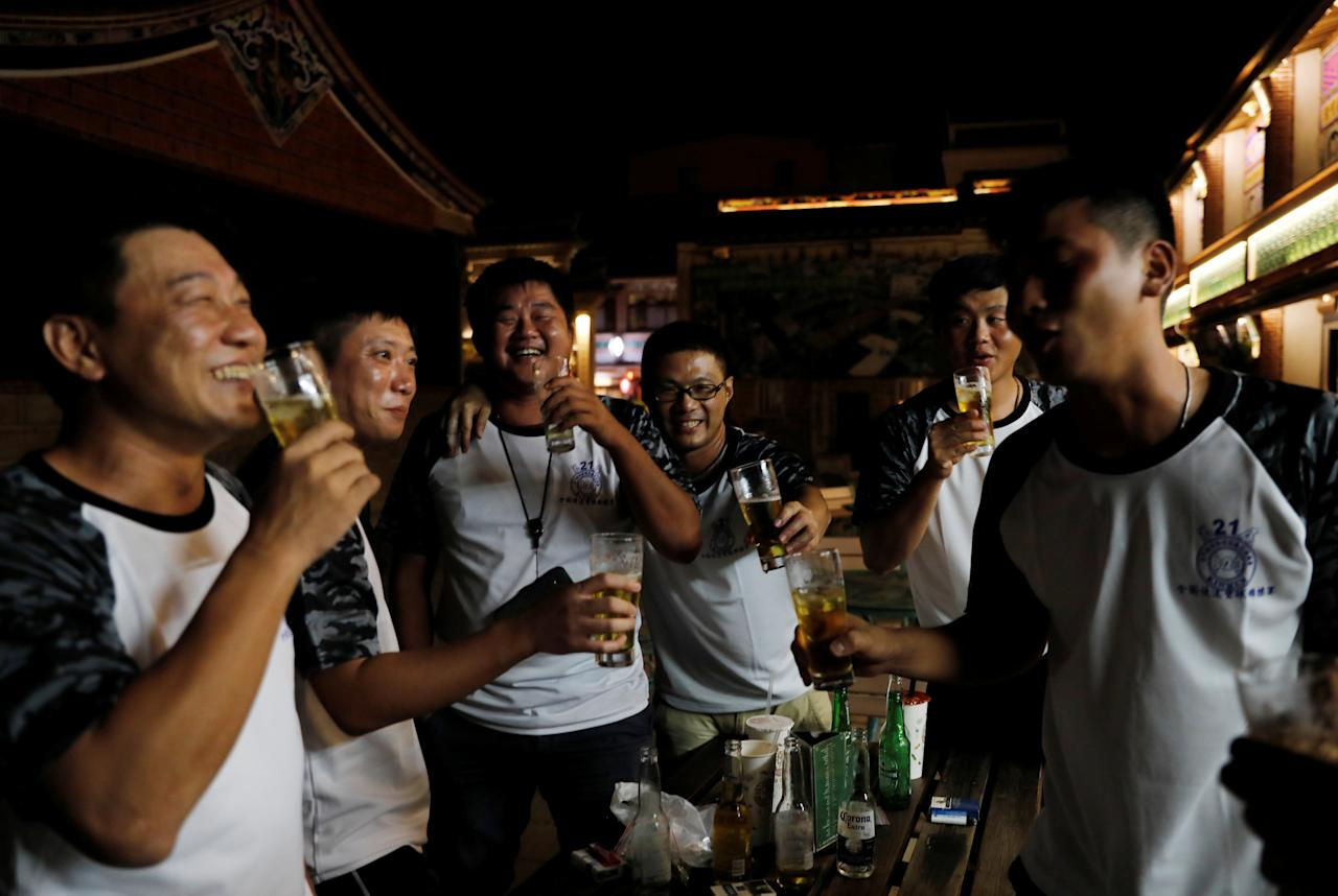 Tourists drink beer after a softball match, ahead of the 60th anniversary of Second Taiwan Straits Crisis against China, in Kinmen, Taiwan August 19, 2018.  Picture taken August 19, 2018. REUTERS/Tyrone Siu