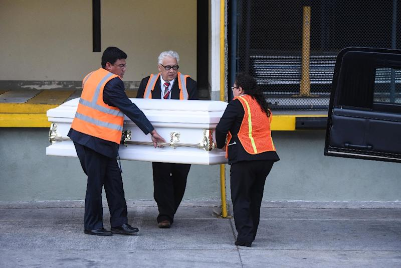 Employees of a funeral home carry a coffin with the repatriated remains of seven-year-old Guatemalan migrant girl Jakelin Caal (AFP Photo/Orlando  ESTRADA)