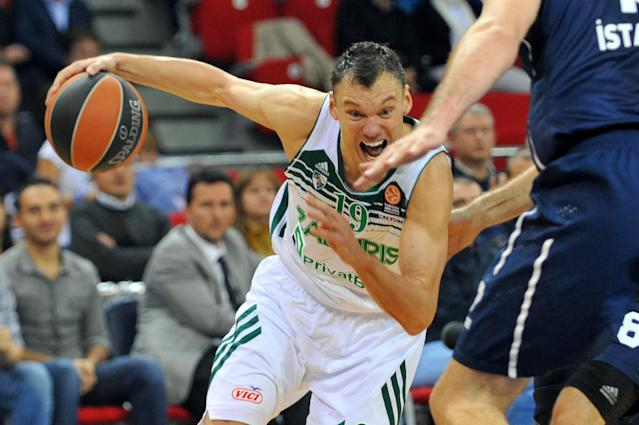 Sarunas Jasikevicius (L) runs with the ball during a Euroleague group B basketball match on November 7, 2013 at the Abdi Ipekci Arena in Istanbul (AFP Photo/Ozan Kose)