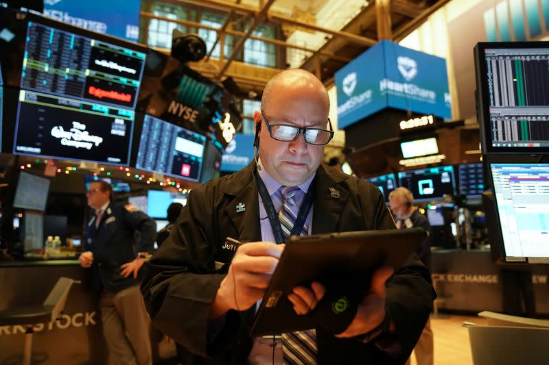 USA stocks move broadly lower to start holiday-shortened week